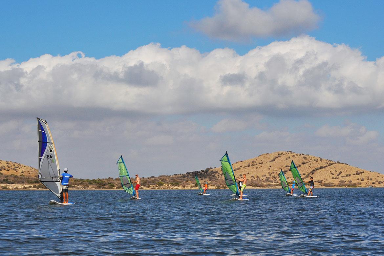 Escuela de vela dos mares wind la manga isla del ciervo clases de windsurf